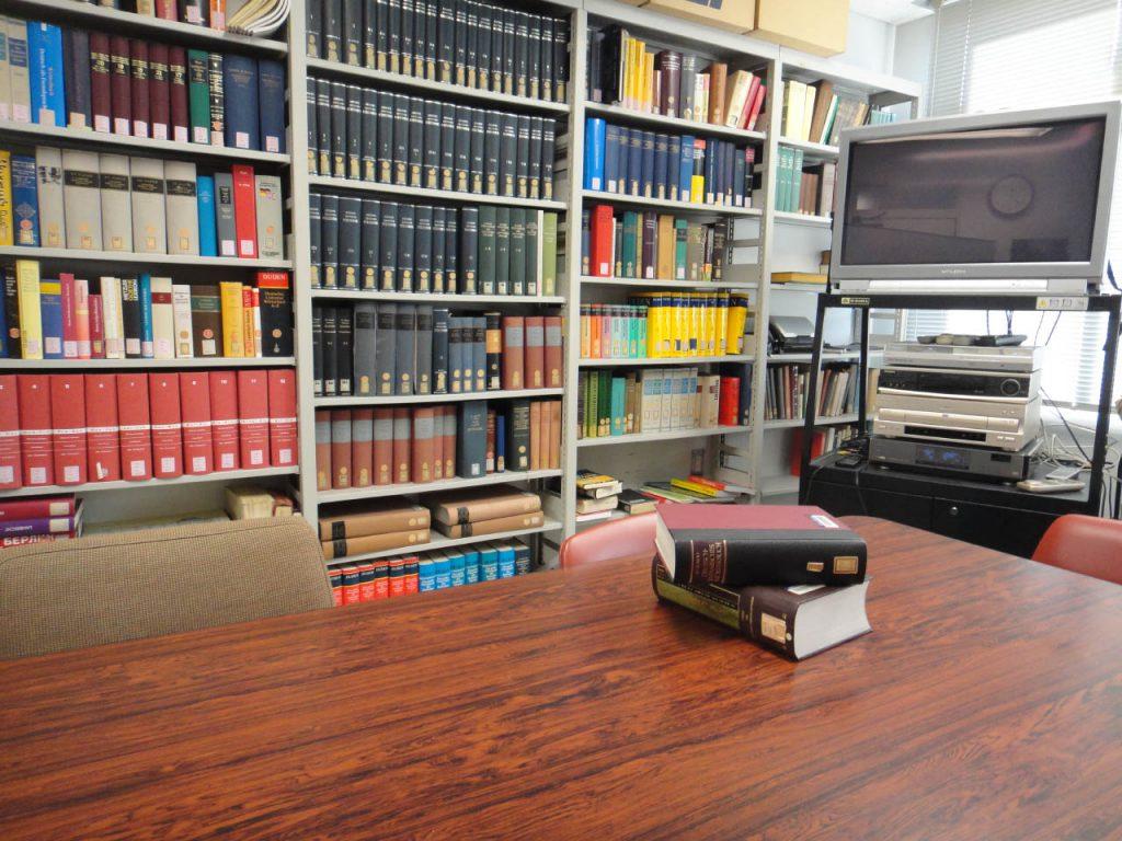 資料室そのほか、授業が行われる院生室と学部生室、学術雑誌を保管する書庫がある。